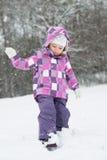 Kleines Mädchen im Schnee Stockbilder