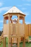 Kleines Mädchen im Spielplatzkontrollturm stockbild