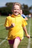 Kleines Mädchen im Sportrennen Stockfotos