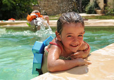 Kleines Mädchen im Swimmingpool Stockfotos