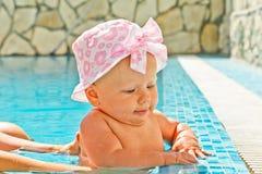 Kleines Mädchen im Swimmingpool lizenzfreies stockfoto