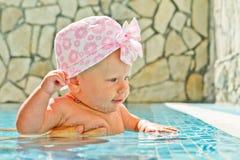 Kleines Mädchen im Swimmingpool Stockfoto