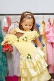 Kleines Mädchen im System der Kleider Stockbilder