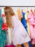 Kleines Mädchen im System der Kleider Stockbild