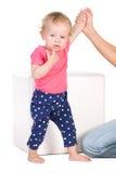 Kleines Mädchen im T-Shirt und in den Hinterteilen lizenzfreie stockbilder