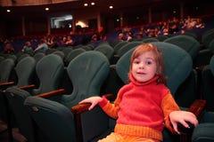 Kleines Mädchen im Theater Stockbilder