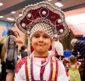 Kleines Mädchen im traditionellen russischen Kostüm Stockbilder