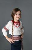 Kleines Mädchen im ukrainischen nationalen Kostüm Stockfotos