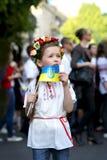 Kleines Mädchen im ukrainischen nationalen Kostüm lizenzfreies stockfoto
