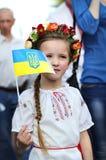 Kleines Mädchen im ukrainischen nationalen Kostüm stockbild