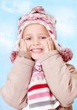 Kleines Mädchen im Vorsatz, der Hintergrundhimmel stockfotografie