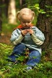 Kleines Mädchen im Wald Stockfotografie