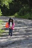 Kleines Mädchen im Wald Stockbilder