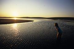 kleines Mädchen im Wasser stockfotos