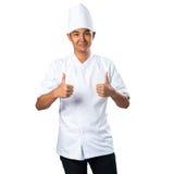 Kleines Mädchen im weißem Koch-Anzug und -hut mit großer Metalleintopfgerichtwanne Lizenzfreie Stockfotos
