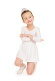 Kleines Mädchen im weißen Ballkleid Lizenzfreie Stockfotos
