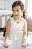 Kleines Mädchen im weißen Kleid Stockfotos