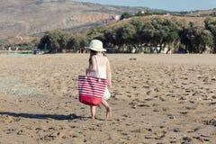 Kleines Mädchen im weißen Kleid allein gehend das Meer Stockfotos