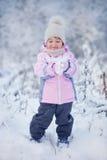 Kleines Mädchen im Winterwald Stockfotos