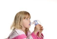 Kleines Mädchen inhaliert Stockfoto