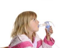 Kleines Mädchen inhaliert Lizenzfreie Stockfotografie