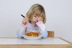 Kleines Mädchen isst Stockfoto