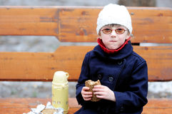 Kleines Mädchen isst ihr Mittagessen Lizenzfreies Stockbild