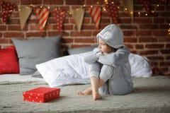 Kleines Mädchen ist über ein Geschenk enttäuscht Lizenzfreie Stockfotografie