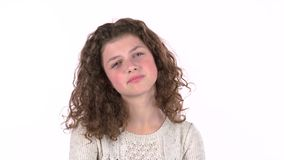 Kleines Mädchen ist, sie wurde enträtselt mit unangenehmen Nachrichten traurig Weißer Hintergrund stock footage