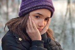 Porträt des hispanischen Mädchens schauend traurig Lizenzfreie Stockbilder