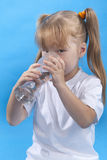 Kleines Mädchen ist Trinkwasser Lizenzfreies Stockbild