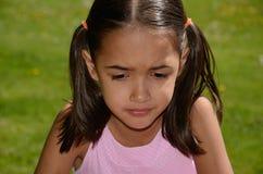 Kleines Mädchen ist umgekippt Stockbilder