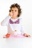 Kleines Mädchen, Joghurt und Erdbeere Stockbild