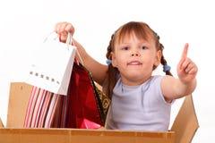 Kleines Mädchen kam vom Verkauf mit Käufen zurück Stockbilder