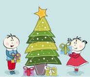 Kleines Mädchen, kleiner Junge und Weihnachtsbaum Stockbilder