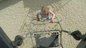 Kleines Mädchen klettert oben die Leiter stock video