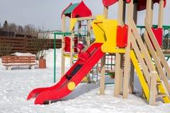 Kleines Mädchen klettert onplayground Lizenzfreie Stockbilder