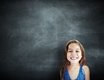 Kleines Mädchen-lächelndes Glück-Kopien-Raum-Tafel-Konzept Stockfotos