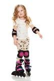 Kleines Mädchen läuft Rollschuh lizenzfreie stockbilder