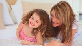 Kleines Mädchen laughin mit ihrer Großmutter stock footage
