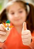 Kleines Mädchen lernt, bunten Spielteig zu benutzen Lizenzfreies Stockfoto