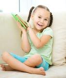 Kleines Mädchen liest ein Buch Lizenzfreie Stockfotografie