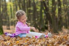 Kleines Mädchen liest ein Buch lizenzfreies stockbild