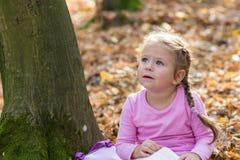 Kleines Mädchen liest ein Buch Stockfotos