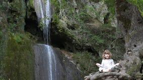 Kleines Mädchen meditieren stock video footage