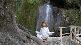 Kleines Mädchen meditiert stock footage