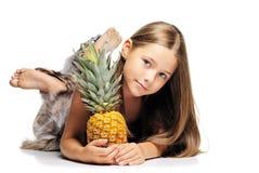 Kleines Mädchen mit Ananas Lizenzfreies Stockfoto