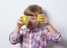 Kleines Mädchen mit Apfel lizenzfreies stockfoto
