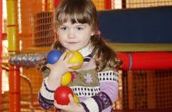 Kleines Mädchen mit Bällen in den Händen Stockfotos