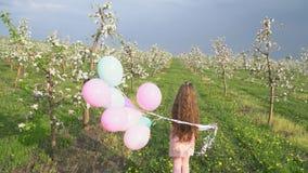Kleines Mädchen mit Ballonen